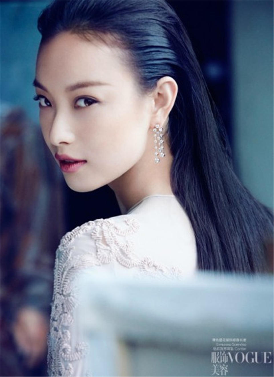 《VOGUE》的理念是聘用最专业的编辑人员,结合世界上最优秀的设计师,最具才华的摄影师与模特,以最高的制作水准创造出市场上最高质量的杂志。《VOGUE》是全球杂志品牌的领导者,更是流行时尚的风向标,她对相关时尚产业的扶持作用是无与伦比的。