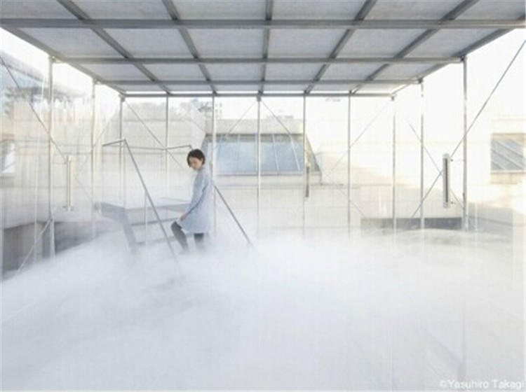 """【奇妙的""""云端""""房屋】你想要体验一下穿越云层、立于云端的""""仙境""""生活吗?这座位于日本的方盒子建筑通过气候模拟,在房屋中央创造出了一片云层,当您从第一层上到第二层时便会穿越其中,仿佛经历了洗礼,进入到另一个世界!"""