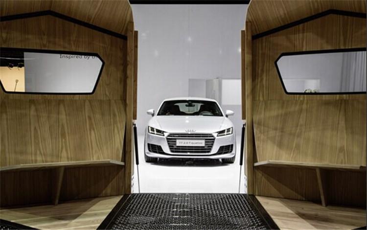 """奥迪在今年的迈阿密/巴塞尔设计展览会上展出了首款带有奥迪元素的移动空间――TT帐篷(TT Pavilion)。""""TT帐篷""""由当代最具影响力的工业设计师康士坦丁•葛切奇(Konstantin Grcic)设计,不仅创作灵感来源于奥迪TT车型,更由奥迪TT原厂配件打造,将汽车工程和建筑设计完美融为一体。"""