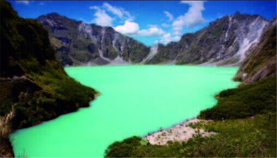 皮纳图博火山湖,位于菲律宾吕宋岛。皮纳图博火山于1991年最后一次喷发,喷出了约100亿吨岩浆和2000万吨二氧化硫。数月后,这里形成一个巨大的火山坑,在季风雨的灌注下,逐渐形成了一个湖泊。现在湖水最深处达800米,是菲律宾最深的湖。