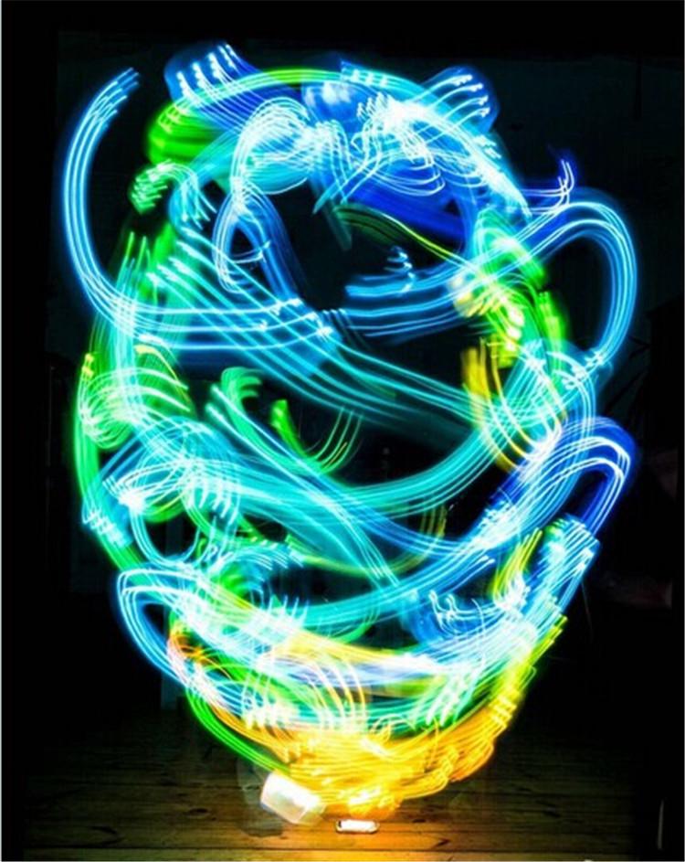 英国纽卡斯尔大学博士生路易斯・赫南(Luis Hernan)日前绘制出一系列展现人类周围无形网络Wi-Fi连接情况的图,这些盘旋围绕的明亮光束犹如幽灵