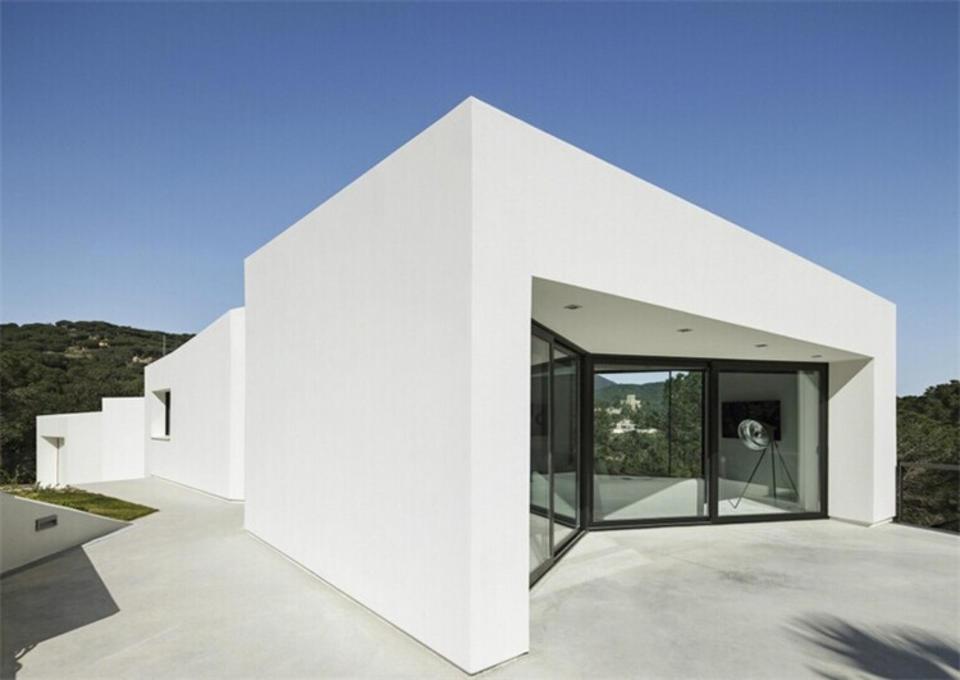 【巴塞罗那地中海别墅】MIRAG建筑事务所在巴塞罗那设计的住宅,与地形紧密契合并具有丰富的空间体验。建筑师合理规划了这座地中海风格住宅的朝向,以追求最大化的景观视野。住宅由三个错动的多面体量构成,体量连接处是开放的,可以看到外部景观,同时将阳光引入建筑内部。