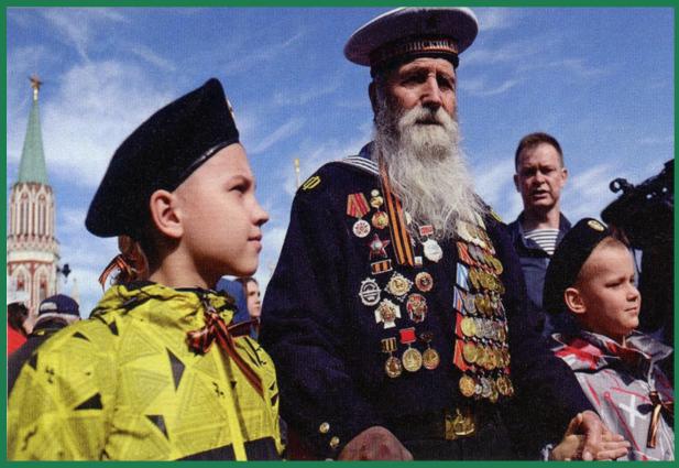 安排二战老兵在阅兵式上接受崇高礼遇,不仅是对这些昔日功臣的尊重,更是对民族精神的弘扬