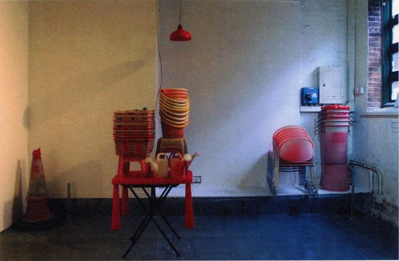 """""""由……策划""""是杰罗姆・桑斯(Jérome Sans )在 2008 年 7 月于尤伦斯当代艺术中心创办的一个特别展览项目,邀请知名艺术家推荐并策划新锐艺术家的展览,由此促进处于不同职业阶段、不同年代艺术家之间的联系,为中国的年轻艺术家提供面向公众的展览机会――尤其是那些从未办过个展的艺术家。到2012 年 7 月的闭幕展,这个展览项目持续了四年的时间,总共举办了十七场展览,呈现了二十七位艺术家及一个艺术小组的作品,囊括了绘画、雕塑、装置、影像、表演、摄影等多种艺术形式。这些参展的艺术家现在都是活跃于中国当代艺术、为公众耳熟能详的年轻一代。刚刚从香港巴塞尔回到他北京工作室的桑斯分享了他眼中的博览会机制、""""由……策划""""展览项目的初衷和考虑,以及目前年轻因素比重越来越大的艺术生态。"""