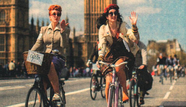 当地时间2015年4月18日,英国伦敦举办了一年一度的复古骑行活动。参与者身着复古服饰,骑车环城,度过浪漫的一天。