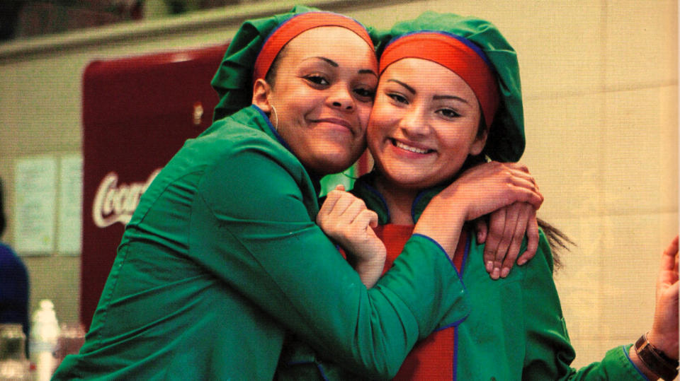 制作华夫饼的姑娘们连笑容都洋溢着甜蜜的魅力