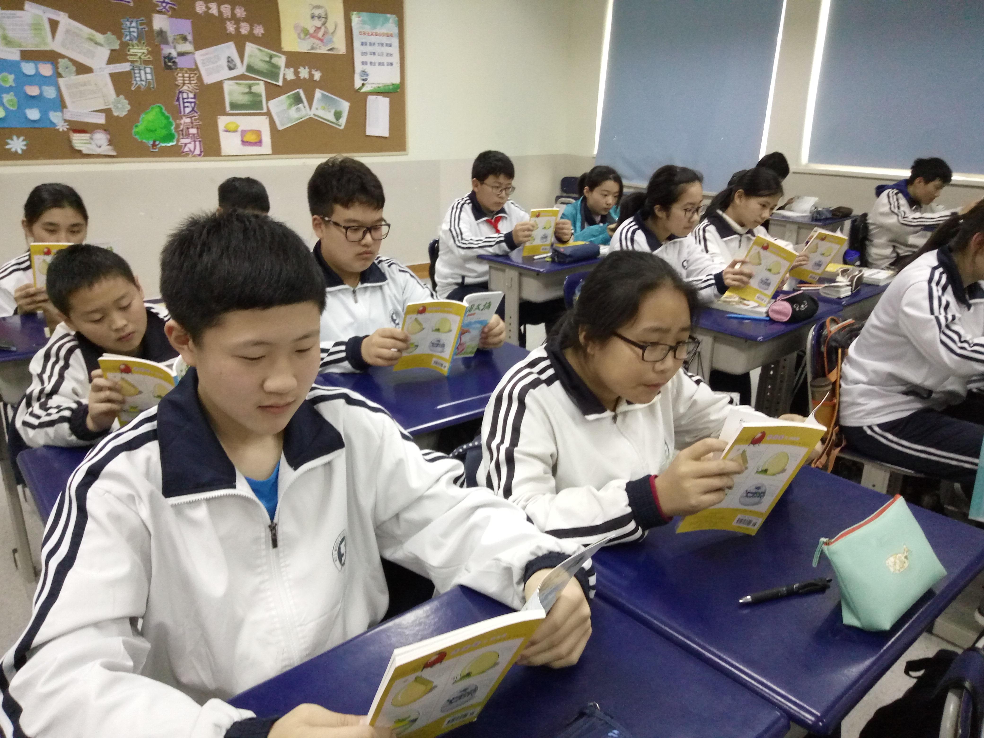 除此之外,青岛第五中学有学生自行管理的书吧,加上学校多年来一直坚持开展读书节活动,开展过图书漂流、亲子共读、名言书签设计比赛、读书辩论赛 对于杂志铺的杂志漂流活动,兰老师认为,既为学生们带来了全新的阅读体验,也更好的配合了学校的读书工程, 让读书成为时尚,让书香飘满学校的校园。希望漂流活动能一直坚持下去,让越来越多的学校、学生可以参加,可以从中获益。 杂志漂流免费申领入口:扫描下方二维码-进入公众号-点击杂志漂流报名(填写报名表)即可申领。