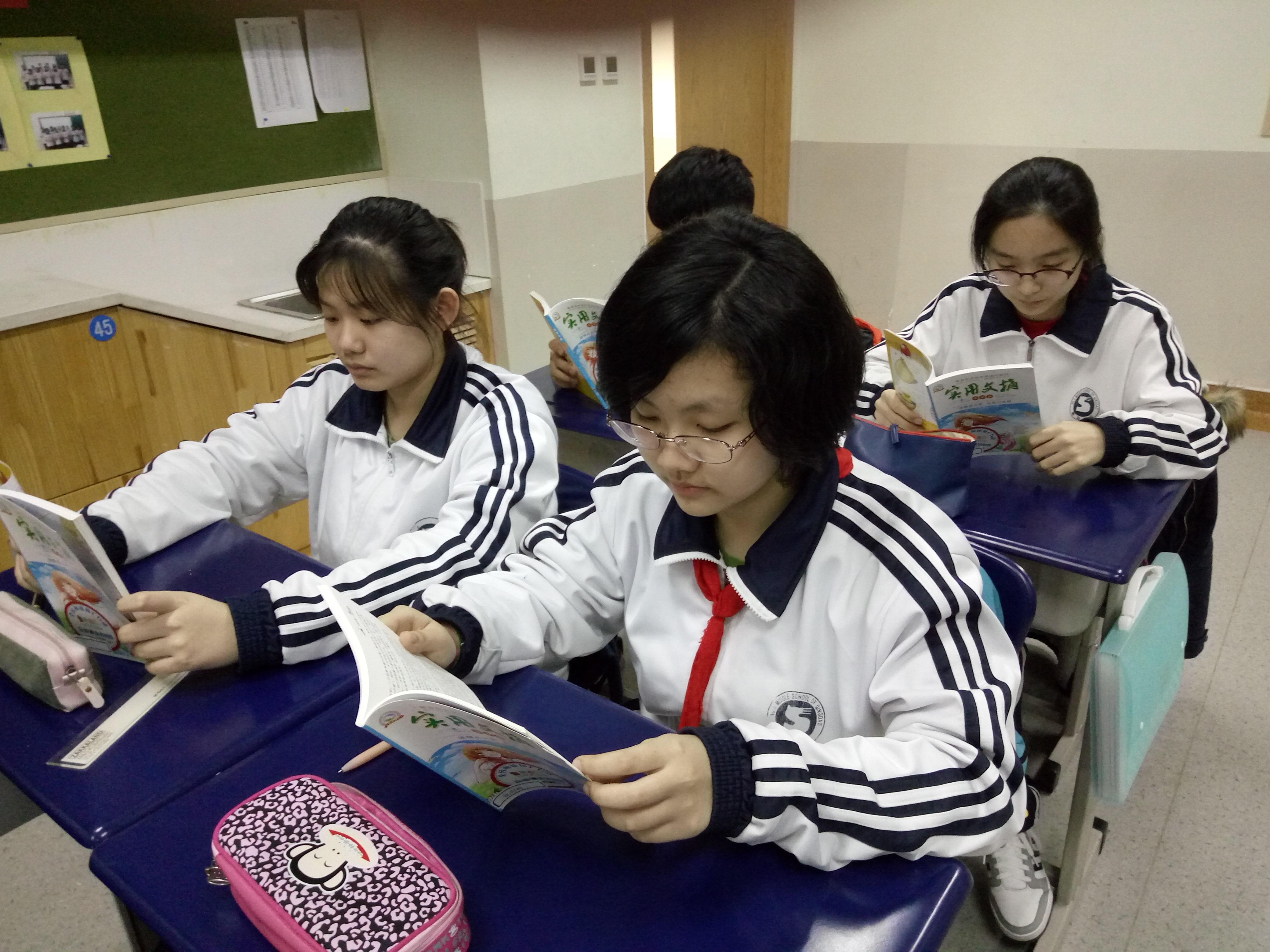 平时,八年级学生的学业负担很重,统一安排的阅读时间有限,在争取班主任、语文老师的支持下,各班还安排了适当的自习课进行阅读。目前,根据学生们在杂志漂流中的表现可以看出,学生的参与兴趣很高,无论是统一的阅读课还是下课时间,只要有时间学生们就会翻阅。